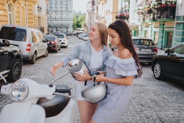Zwei frauen fahren auf einem motorrad