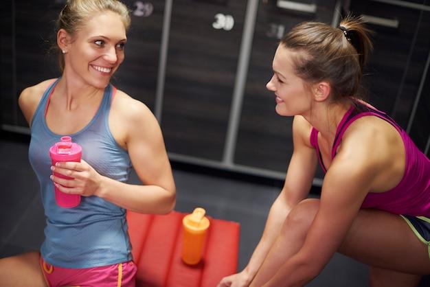 Zwei frauen in der umkleidekabine im fitnessstudio