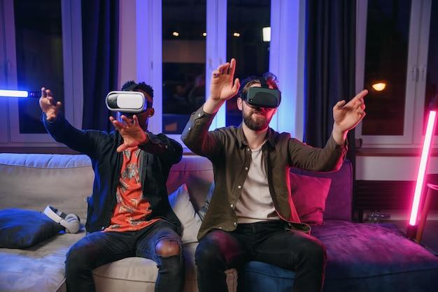 Zwei freiberufler, entwickler, die spaß haben und an einer neuen app für virtual-reality-brillen arbeiten