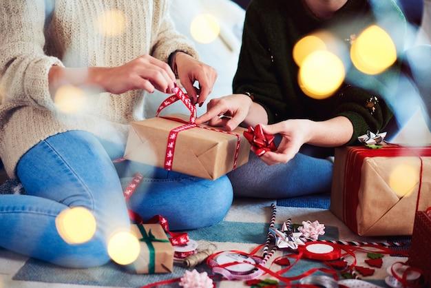 Zwei freunde bereiten weihnachtsgeschenke für weihnachten vor