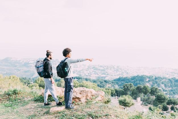 Zwei freunde, die zusammen wandern