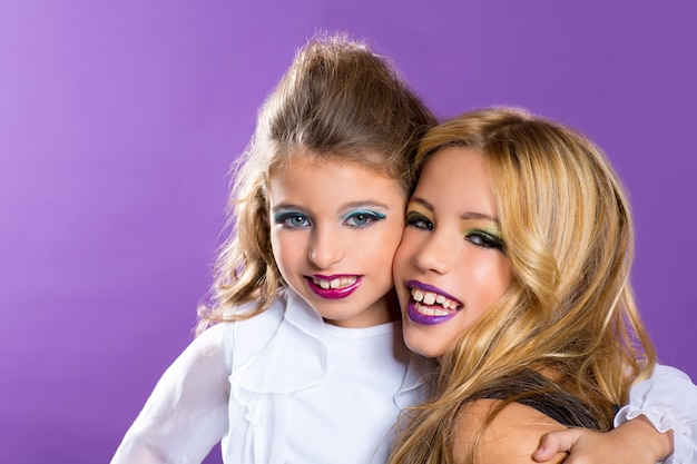 Zwei freunde fashiondoll kind mädchen mit mode lila make-up