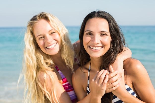 Zwei freunde in badeanzügen