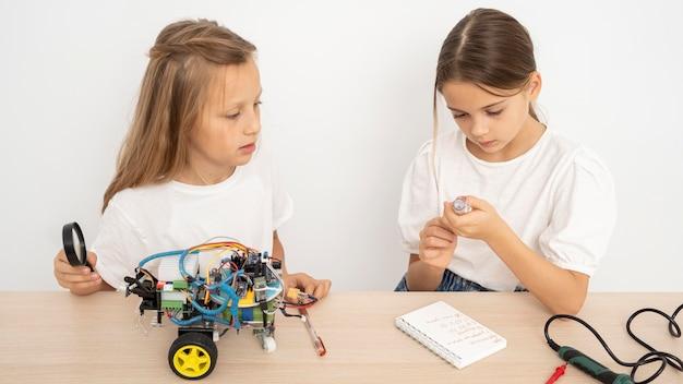 Zwei freunde machen zusammen wissenschaftliche experimente