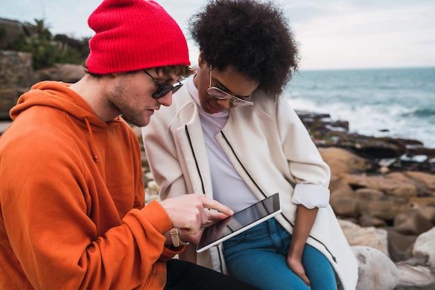 Zwei freunde mit digitalem tablet.
