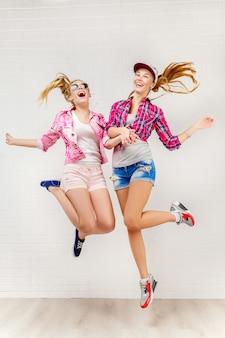 Zwei freunde posieren und springen