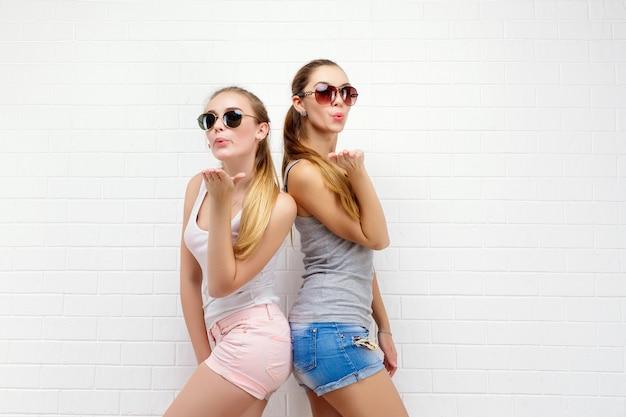 Zwei freunde posieren