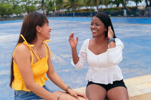 Zwei freunde unterhalten sich im park unter freiem himmel
