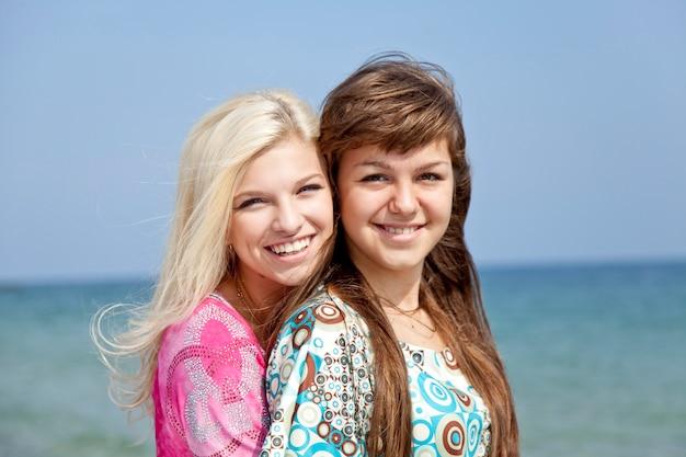 Zwei freundinnen am strand.