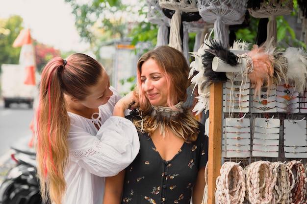 Zwei freundinnen auf dem flohmarkt