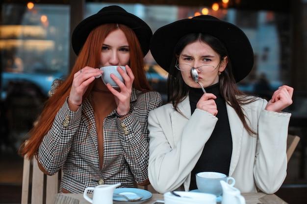 Zwei freundinnen, die kaffee im café trinken