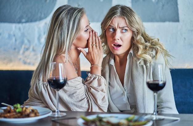 Zwei freundinnen essen im restaurant zu mittag?