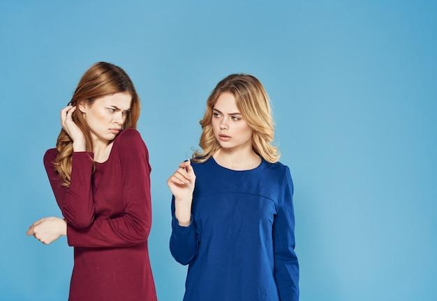 Zwei freundinnen im kleid widersprechen emotionen