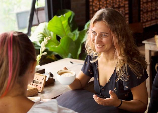 Zwei freundinnen in einem cafe