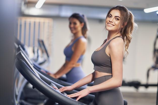 Zwei freundinnen trainieren auf dem laufband