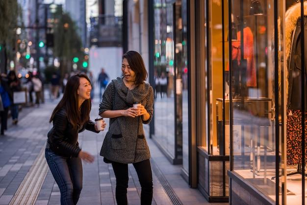 Zwei freundinnen treffen sich in tokio