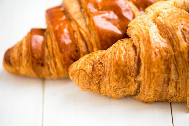 Zwei frische croissants stehen zum frühstück bereit