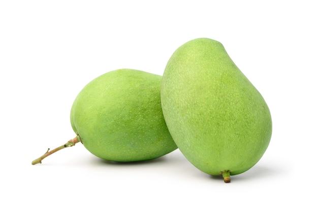 Zwei frische grüne mangofrüchte lokalisiert auf weißem hintergrund. beschneidungspfad
