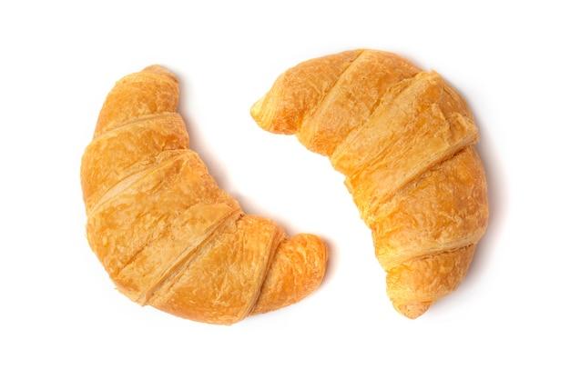 Zwei frische knusprige croissants auf weißem hintergrund.