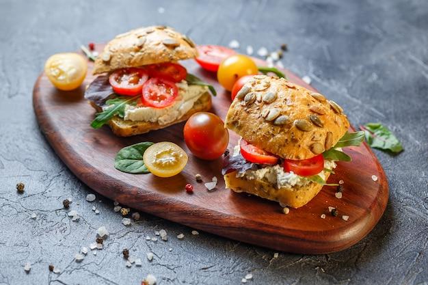Zwei frische sandwiches mit kirschtomaten