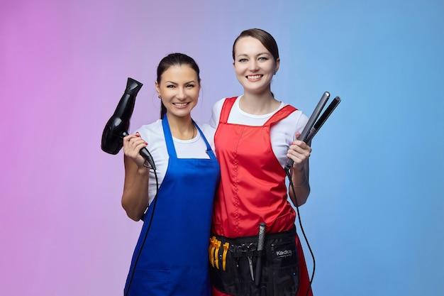 Zwei friseurinnen in der werkstatt. asiatisches und kaukasisches aussehen.