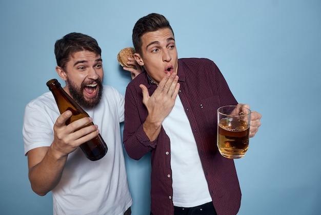 Zwei fröhliche betrunkene freunde, die bier trinken