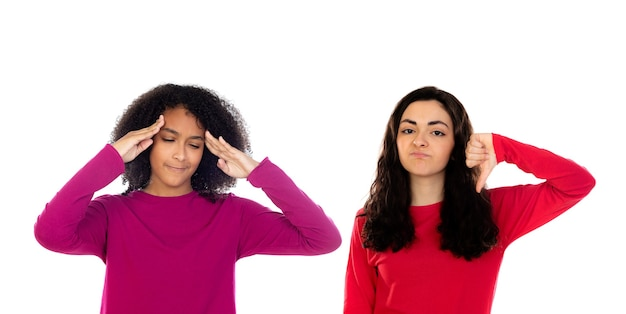 Zwei fröhliche freundinnenmädchen lokalisiert auf einem weißen hintergrund