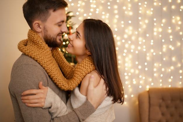Zwei fröhliche reizende süße süße zarte schöne entzückende niedliche romantische verheiratete ehegatten ehemann und ehefrau