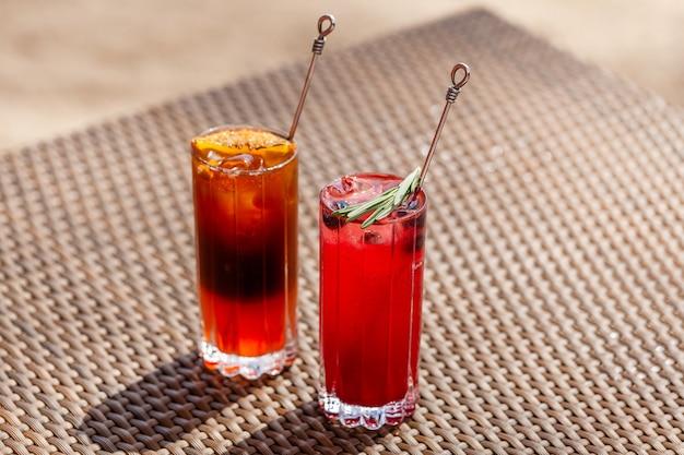 Zwei fruchtcocktails stehen im sommer sonnigen tag auf dem tisch erfrischende getränke refreshing