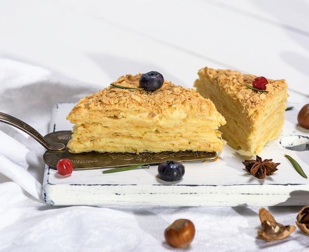 Zwei gebackene kuchen napoleon mit sahne