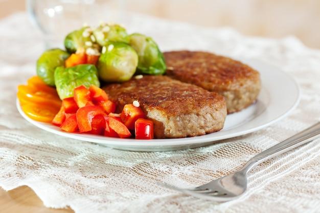 Zwei gebratene schnitzel mit brokkoli