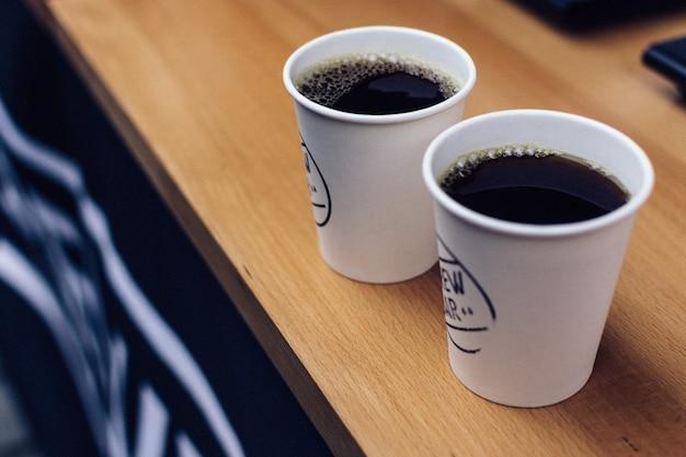 Zwei gebrühten kaffee zum mitnehmen