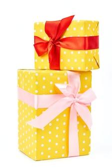 Zwei gelb gepunktete geschenkboxen.