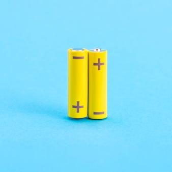 Zwei gelbe batterien auf blau