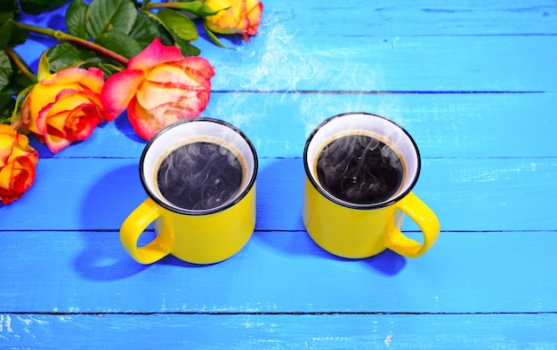 Zwei gelbe tassen kaffee
