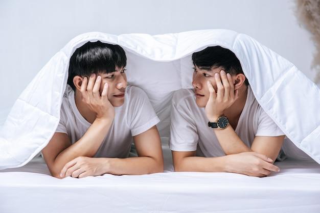 Zwei geliebte junge männer schliefen zusammen im bett.