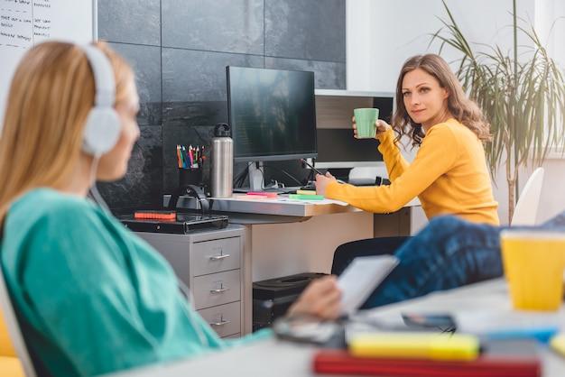 Zwei geschäftsfrau, die im büro spricht