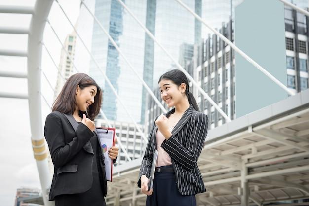 Zwei geschäftsfrau stehend und diskutiert vor dem büro. business-arbeitskonzept.
