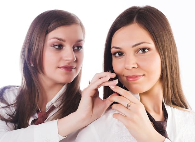 Zwei geschäftsfrauen auf weißem hintergrund.