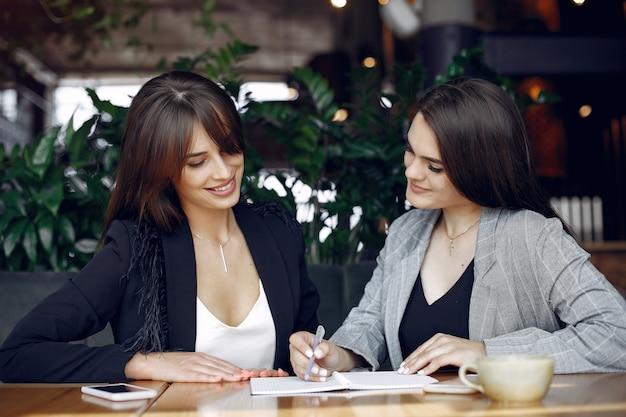 Zwei geschäftsfrauen, die in einem café arbeiten