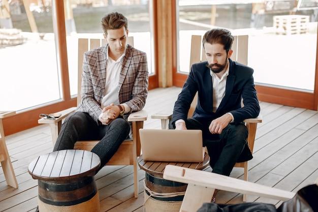 Zwei geschäftsleute arbeiten im büro