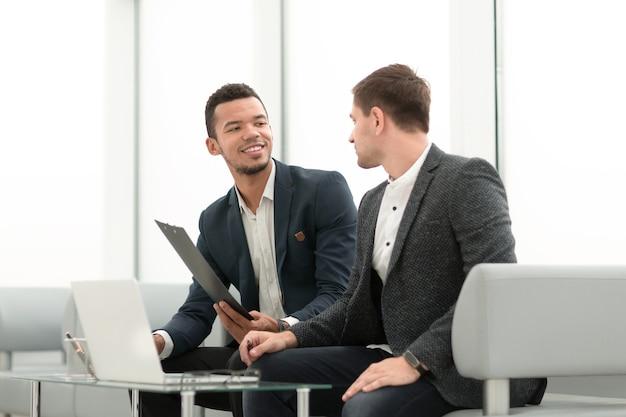 Zwei geschäftsleute besprechen geschäftsdokumente bei einem meeting im büro