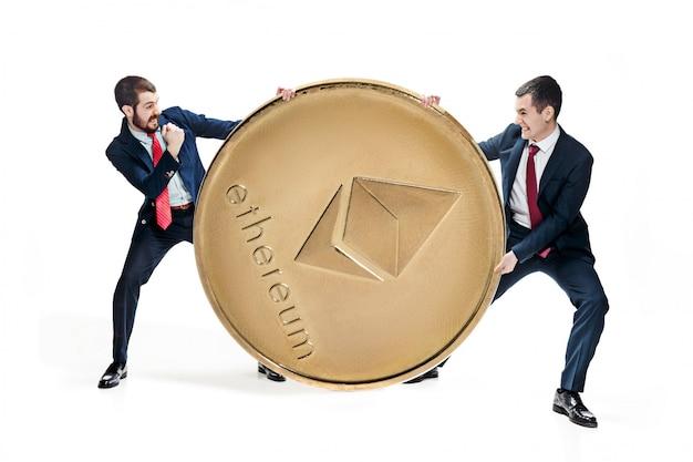 Zwei geschäftsleute, die bitcoin halten