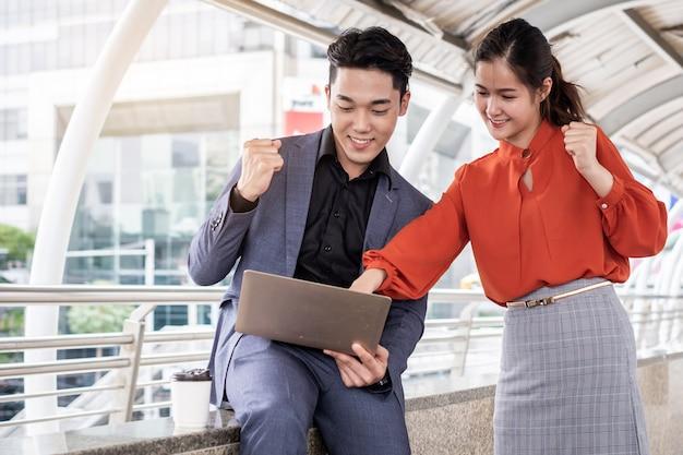 Zwei geschäftsleute, die fröhlich fröhlich lächeln und ein meeting beenden, business-teamwork-konzept