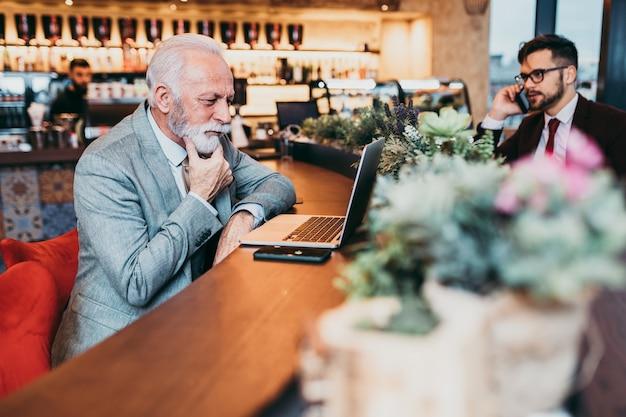 Zwei geschäftsleute, die im modernen café zusammenarbeiten. Premium Fotos