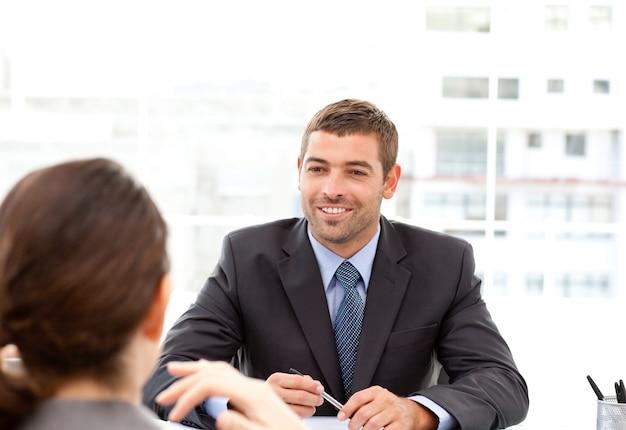 Zwei geschäftsleute, die zusammen während einer sitzung sprechen