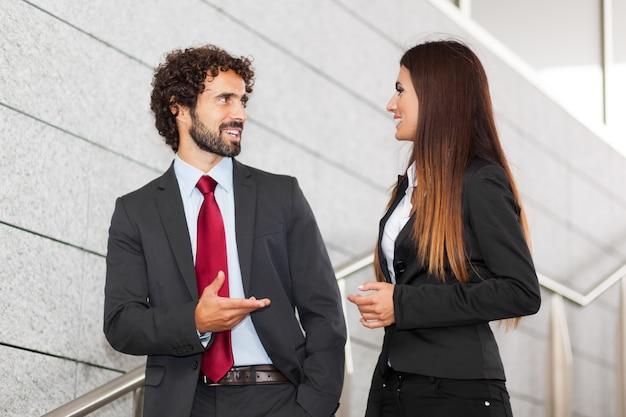 Zwei geschäftsleute diskutieren im freien