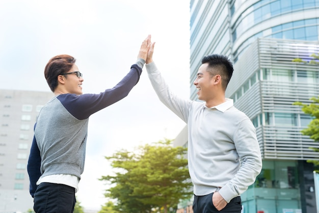 Zwei geschäftsleute feiern sieg, zielerreichung, high five.