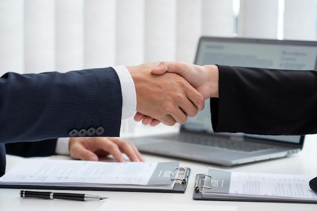 Zwei geschäftsleute geben sich nach erfolgreichen verhandlungen die hand