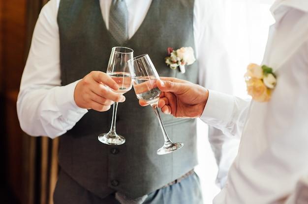 Zwei geschäftsleute rösten mit champagner